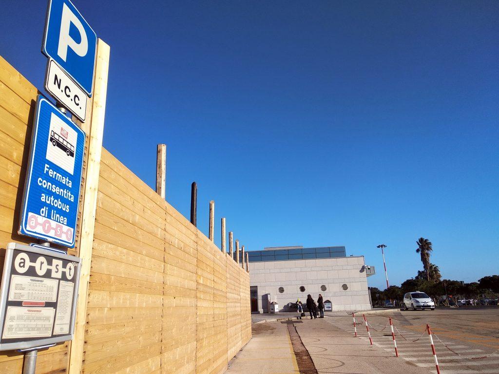 Zastávka autobusu na letisku Alghero (spoločnosť ARST)
